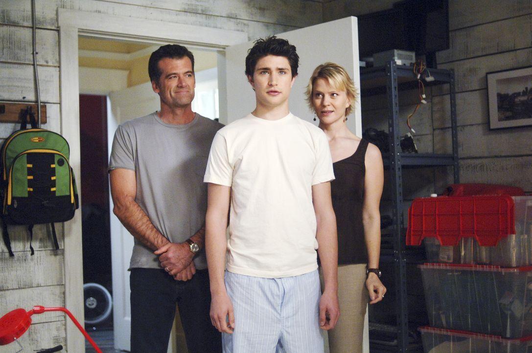 Nicole (Marguerite MacIntyre, r.) und Stephen (Bruce Thomas, l.) müssen ihrem Pflegesohn Kyle (Matt Dallas, M.) noch viel beibringen. Der Junge hat... - Bildquelle: TOUCHSTONE TELEVISION