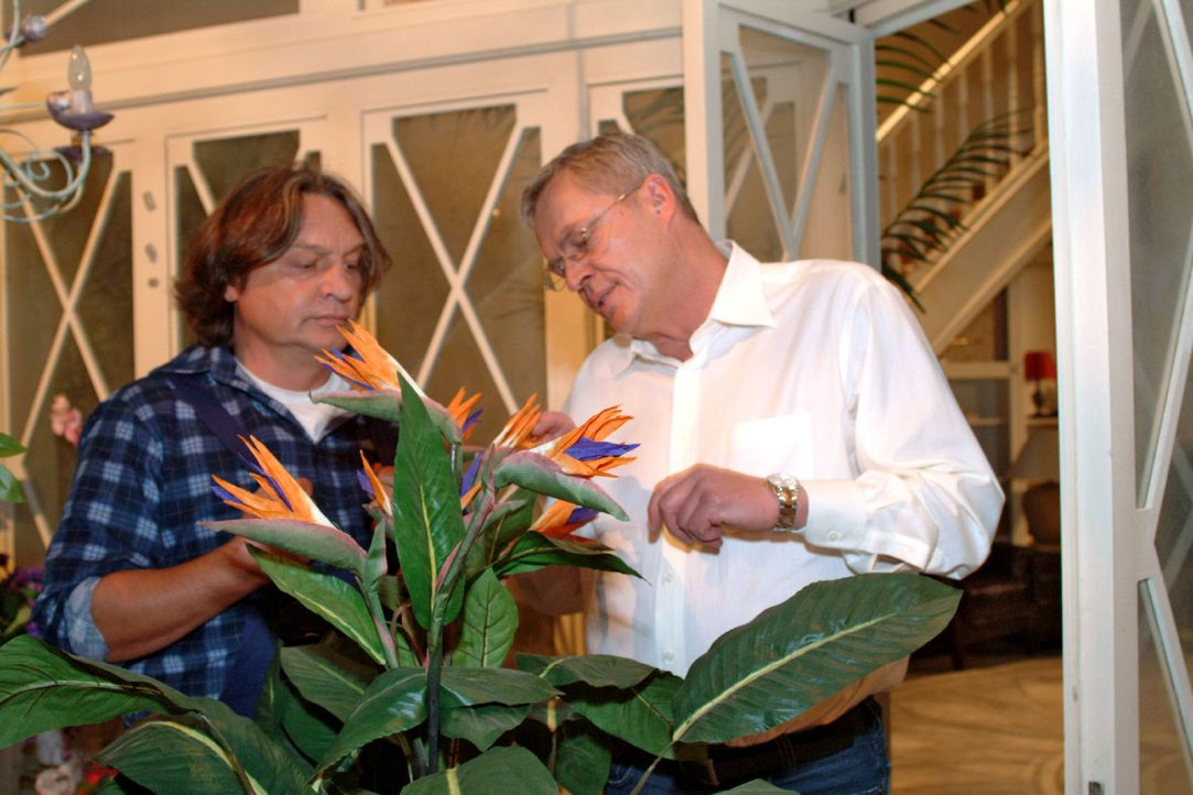 Friedrich (Wilhelm Manske, r.) sucht das Gespräch mit Bernd (Volker Herold, l.), um ihm von seinen Sorgen zu erzählen. - Bildquelle: Monika Schürle Sat.1