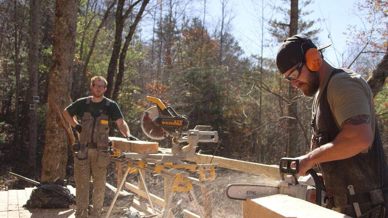 In den Bergen Nord-Georgias baut Ka-V mit seinen Baumhaus-Designern ein vollausgestattetes holziges Traumhaus, um die Swims glücklich zu machen. Wer... - Bildquelle: 2016,DIY Network/Scripps Networks, LLC. All Rights Reserved.