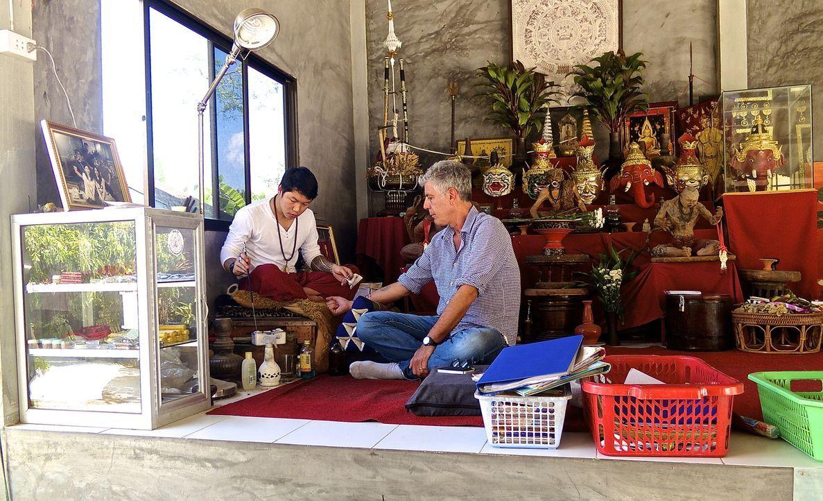 Nimmt viele Erinnerungen und ein ganz besonderes Andenken aus Thailand mit nach Hause: Anthony Bourdain (r.) ... - Bildquelle: 2014 Cable News Network, Inc. A TimeWarner Company All rights reserved