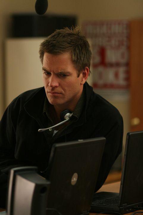 Tony (Michael Weatherly) übernimmt vor der Schule das Kommando ... - Bildquelle: CBS Television