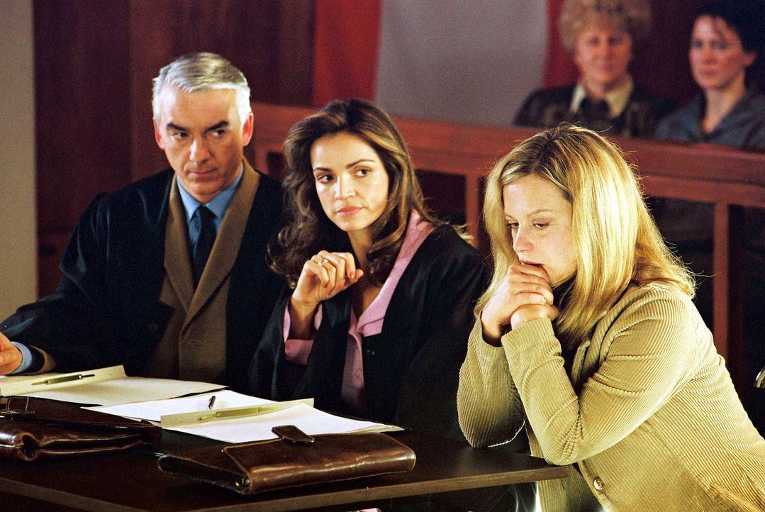 Felix (Christoph M. Ohrt, l.) und Sandra (Rebecca Immanuel, M.) vertreten Anne Bremer (Edda Leesch, r.), die eine Gehirnoperation hatte und deshalb... - Bildquelle: Hardy Spitz Sat.1
