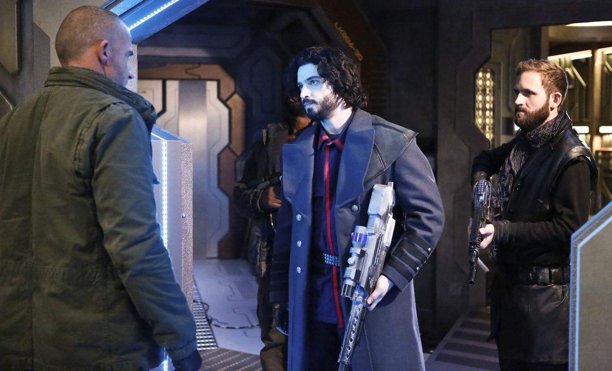 Mick (Dominic Purcell, l.) versucht, den Piraten Lieutenant Drake (Aatash Amir, M.) und dessen Captain von einer Parley-Runde zu überzeugen. Doch we... - Bildquelle: 2015 Warner Bros.