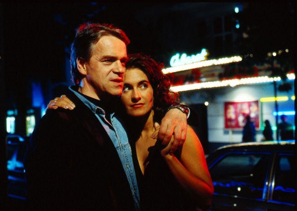 Kommissar Wolff (Jürgen Heinrich, l.) wird auf der Straße von einer fremden Frau angesprochen und ist von ihr fasziniert. Zwischen ihm und Angela... - Bildquelle: Alfred Raschke Sat.1