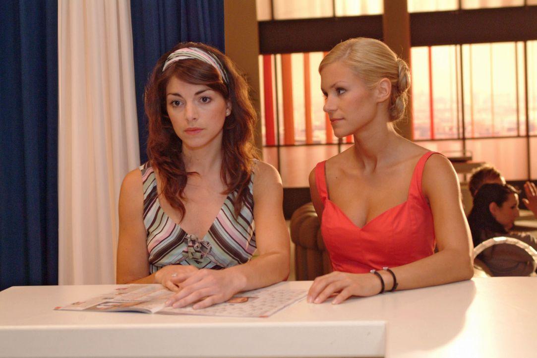 Mariella (Bianca Hein, l.) macht sich Sorgen um Lars, der sich aus Ghana noch nicht gemeldet hat. Sabrina (Nina-Friederike Gnädig, r.) versucht sie... - Bildquelle: Monika Schürle Sat.1