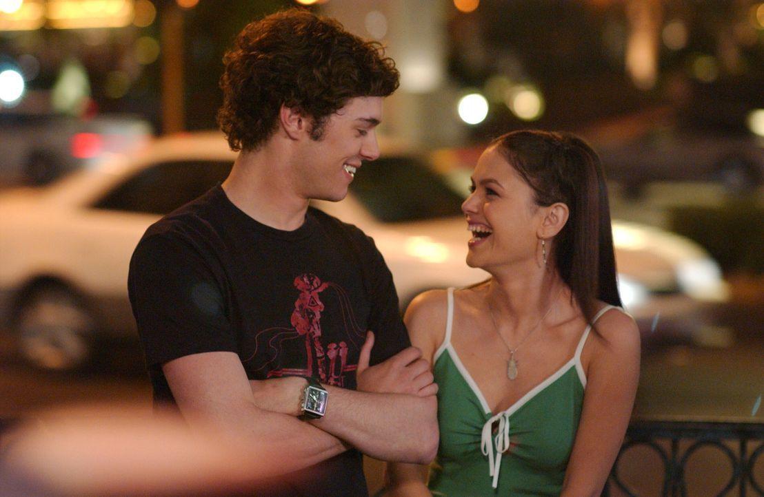 Der Liebe wegen reist Summer (Rachel Bilson, r.) Seth (Adam Brody, l.) nach ... - Bildquelle: Warner Bros. Television
