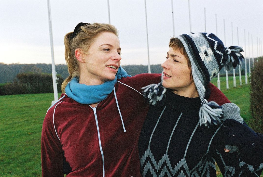 Stephanie (Claudia Schmutzler, r.) hat für Paula Busch (Julia Grimpe, l.) die beste Therapie, damit sie ihren Ex-Freund endlich vergisst: Joggen. - Bildquelle: Monika Schürle Sat.1