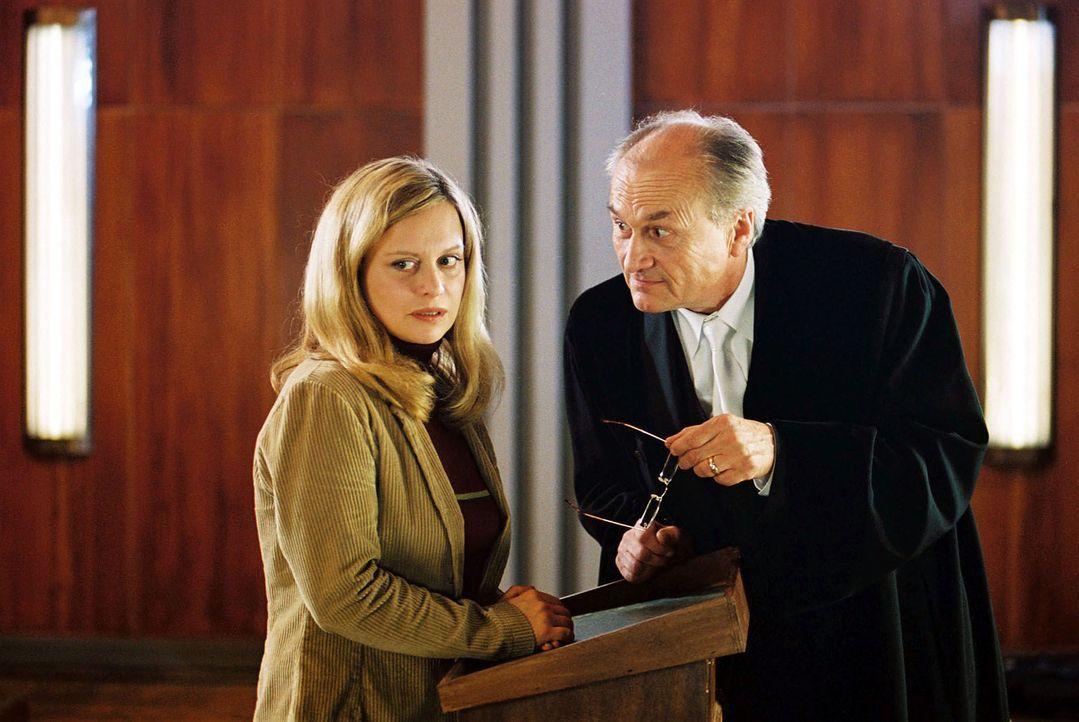 Staatsanwalt Konrad (Dietrich Mattausch, r.) ist entsetzt. Während einer Verhandlung wurde er von der Angeklagten Anne Bremer (Edda Lesch, l.) geohr... - Bildquelle: Hardy Spitz Sat.1