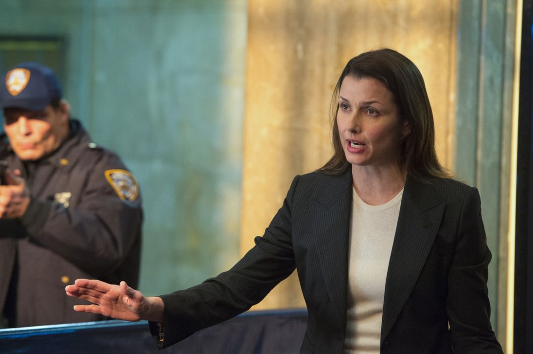 Eine brenzliche Situation: Staatsanwältin Erin (Bridget Moynahan, r.) versucht, den verrücktgewordenen, pensionierten Cop zu beruhigen. Drückt er ab... - Bildquelle: Jojo Whilden 2015 CBS Broadcasting Inc. All Rights Reserved.