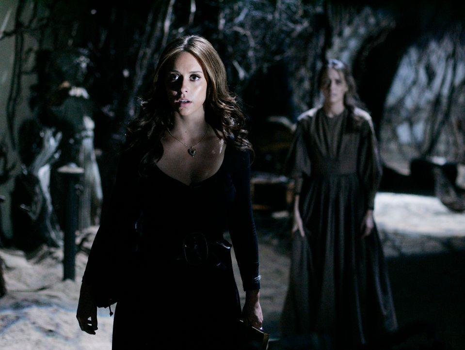 Plötzlich taucht der Geist ihres Vaters auf und Melinda (Jennifer Love Hewitt, l.) erfährt, dass Tessas (Amy Acker, r.) Baby ihre Ur-Urgroßmutter wa... - Bildquelle: ABC Studios