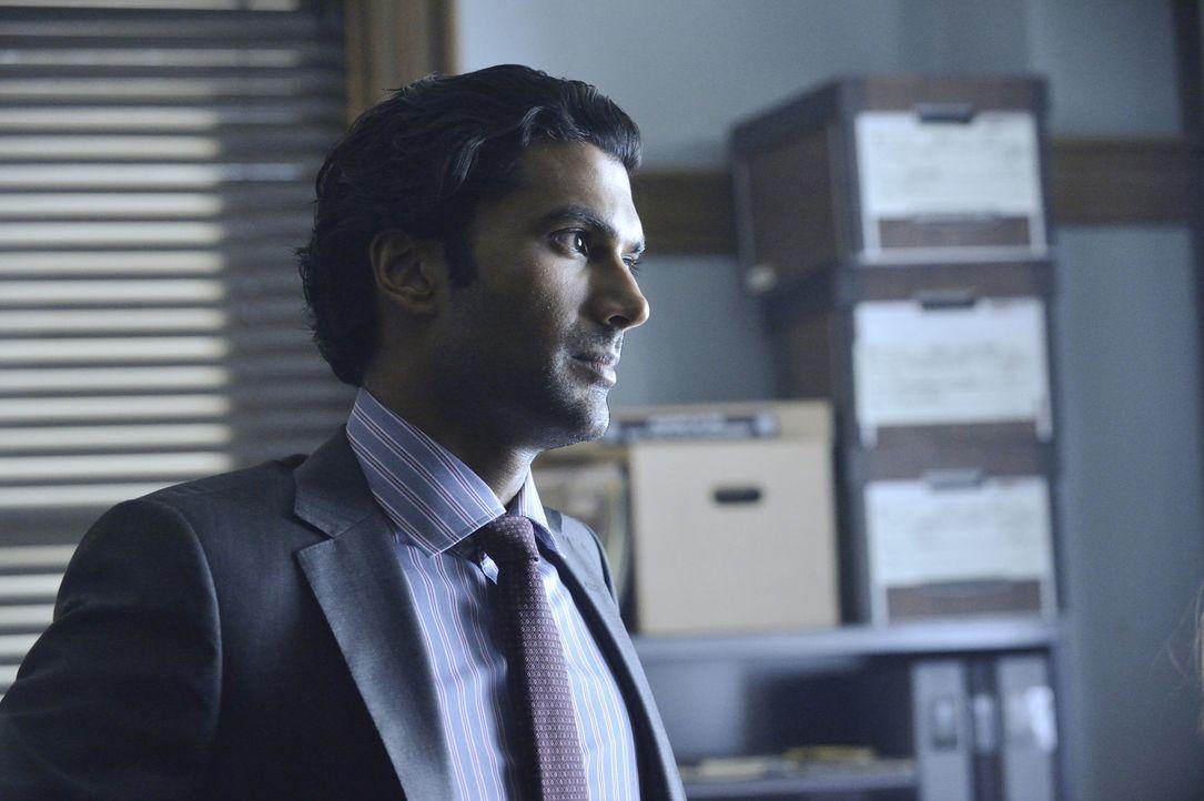 Schon längst hat Gabe Lowan (Sendhil Ramamurthy) bemerkt, dass Catherine etwas vor ihm geheim zu halten versucht. Wird er ihr auf die Schliche komme... - Bildquelle: Ben Mark Holzberg 2013 The CW Network, LLC. All rights reserved.
