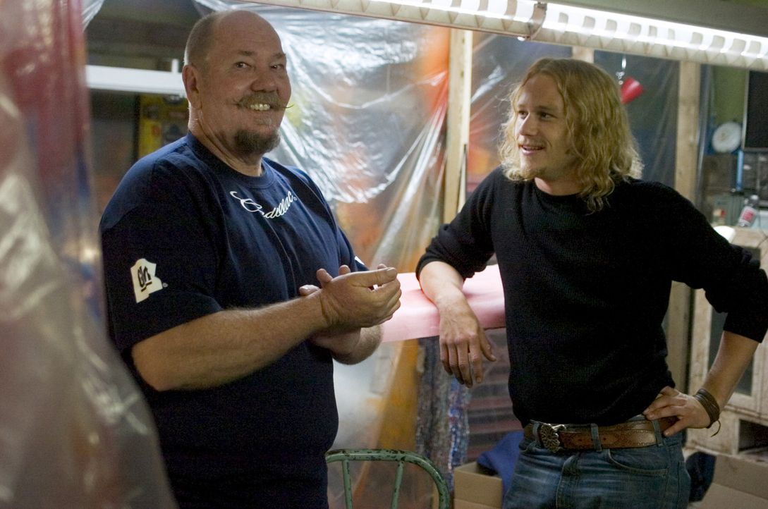 """Heath Ledger, r., Darsteller des Skip Engbloms, im Gespräch mit dem """"echten"""" Skip Engblom, l. - Bildquelle: 2005 Columbia Pictures Industries, Inc. All Rights Reserved."""