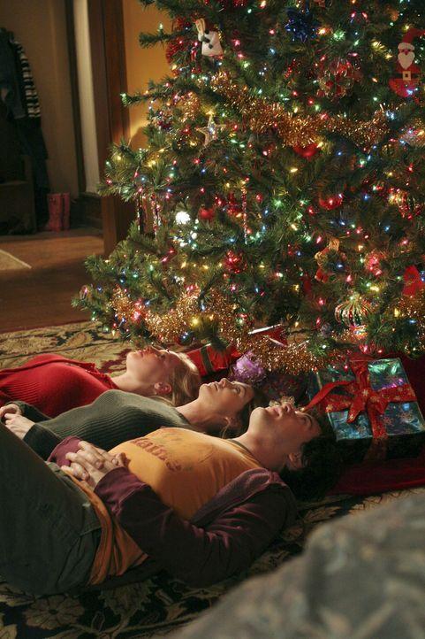 Weihnachten steht vor der Tür: Izzie (Katherine Heigl, l.), Meredith (Ellen Pompeo, M.) und George (T.R. Knight, r.) ... - Bildquelle: Touchstone Television