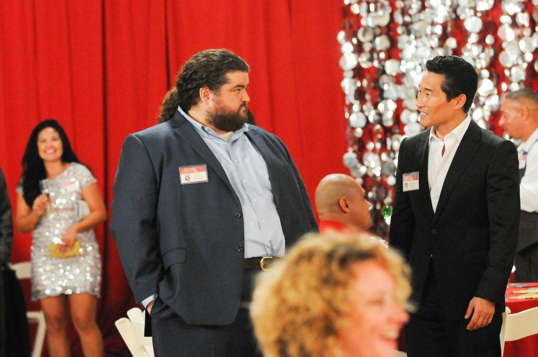 Während Chin (Daniel Dae Kim, r.) und Jerry (Jorge Garcia, l.) auf einem Klassentreffen einen Mordfall erleben, sind Danny und Steve in Kambodscha u... - Bildquelle: 2013 CBS Broadcasting Inc. All Rights Reserved