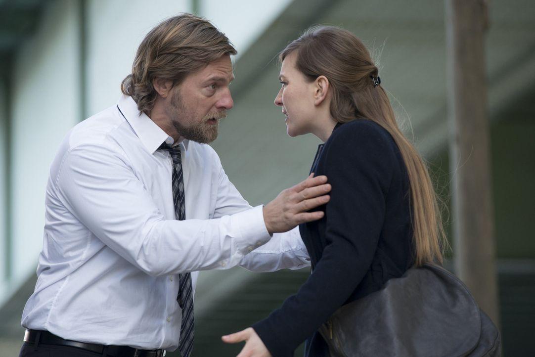 Kann der des Mordes beschuldigte Mick (Henning Baum, l.) seiner Tochter (Luise Risch, r.) klar machen, dass er unbedingt Kontakt mit seinem Vater au... - Bildquelle: Martin Rottenkolber SAT.1