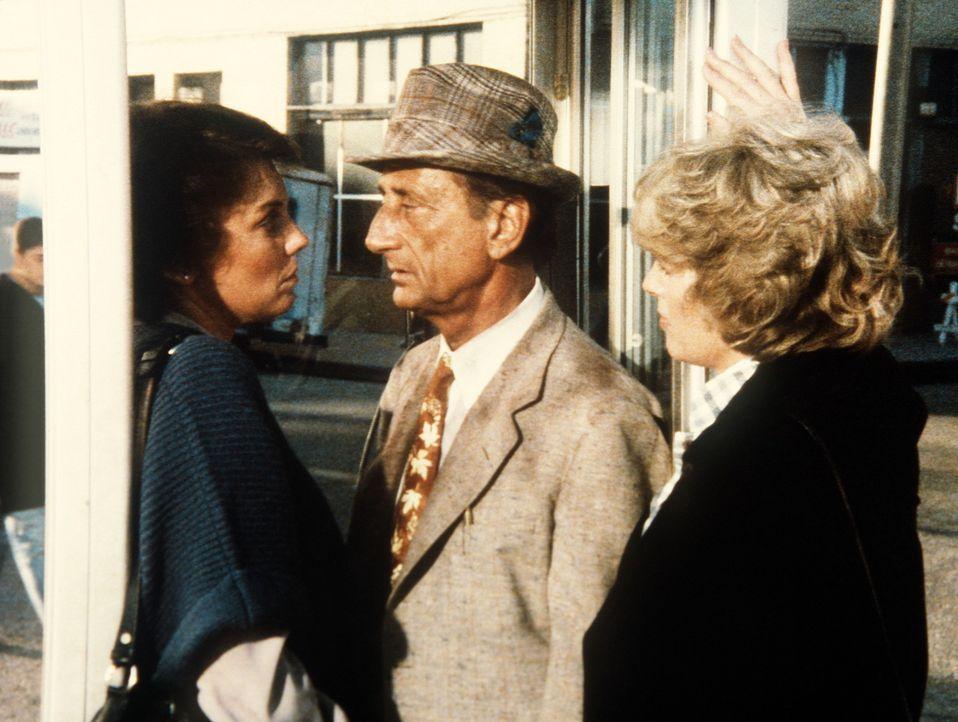 Lacey (Tyne Daly, l.) und Cagney (Sharon Gless, r.) nehmen einen Polizeispitzel in die Mangel. - Bildquelle: ORION PICTURES CORPORATION. ALL RIGHTS RESERVED.