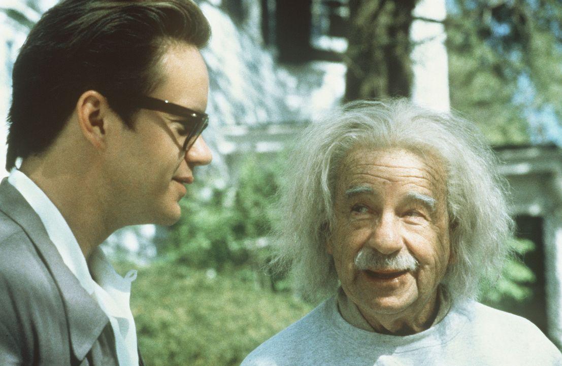 Der nette Automechaniker Ed (Tim Robbins, l.) findet ausgerechnet in dem Jahrhundert-Genie Albert Einstein (Walter Matthau, r.) einen Fürsprecher ... - Bildquelle: Paramount Pictures