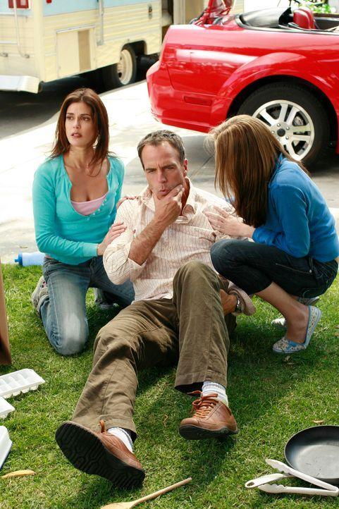 Susan (Teri Hatcher, l.) und Julie (Andrea Bowen, r.) kümmern sich um Karl (Richard Burgi, M.), der von Mike niedergeschlagen wurde ... - Bildquelle: 2005 Touchstone Television  All Rights Reserved