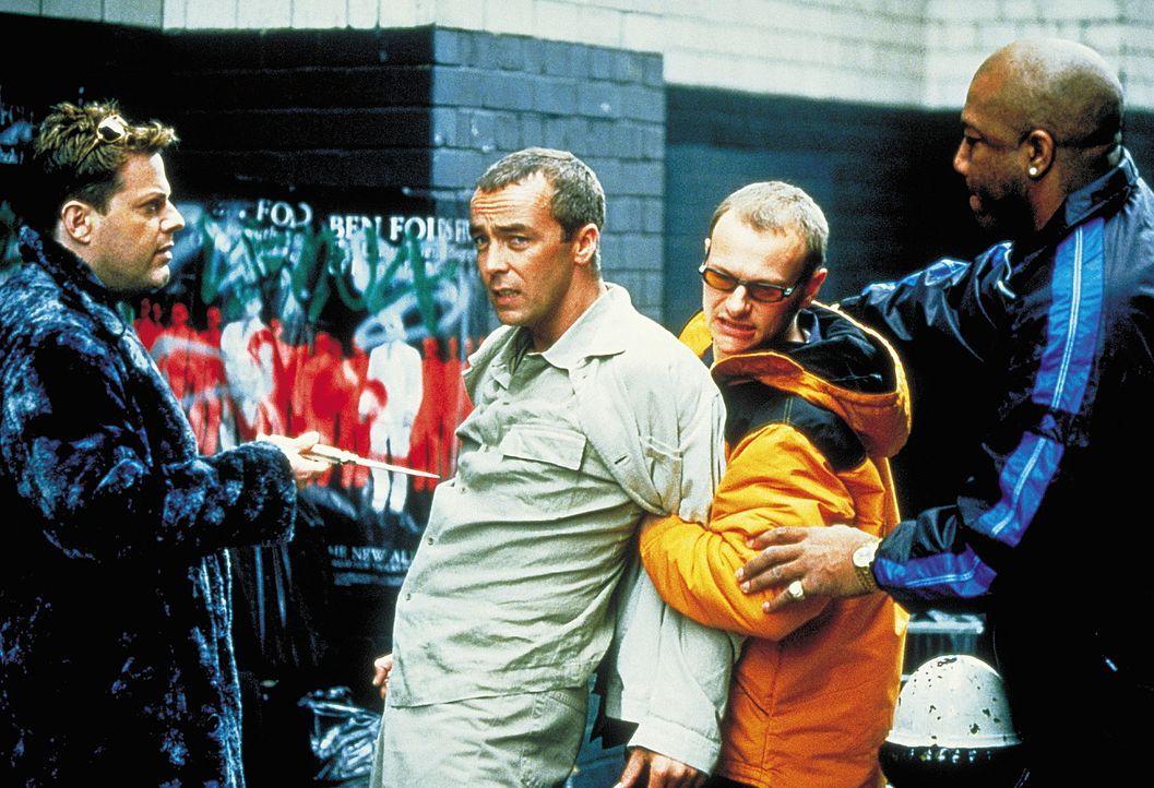 Um die Spielschulden einzutreiben, greift Troy (Eddie Izzard, l.) durchaus mal etwas härter zu. Armer Leo (John Hannah, M.) ... - Bildquelle: Columbia Pictures