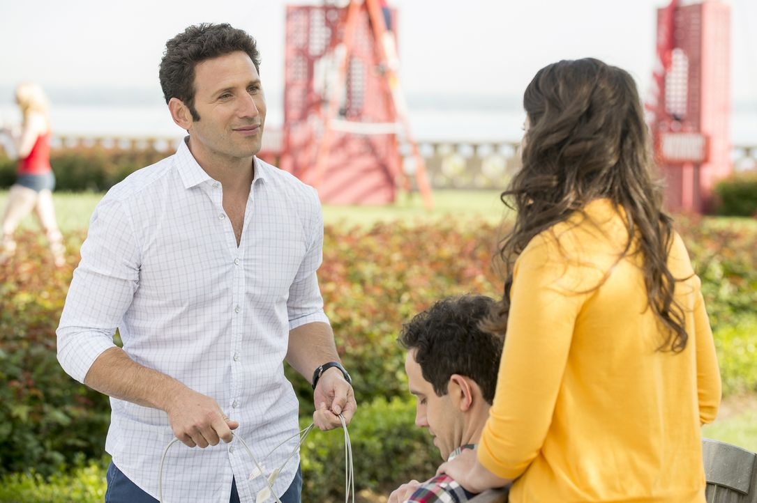 (v.l.n.r.) Dr. Hank Lawson (Mark Feuerstein); Carrie (Katie Lowes) - Bildquelle: David Giesbrecht 2012 USA Network Media, LLC/ David Giesbrecht
