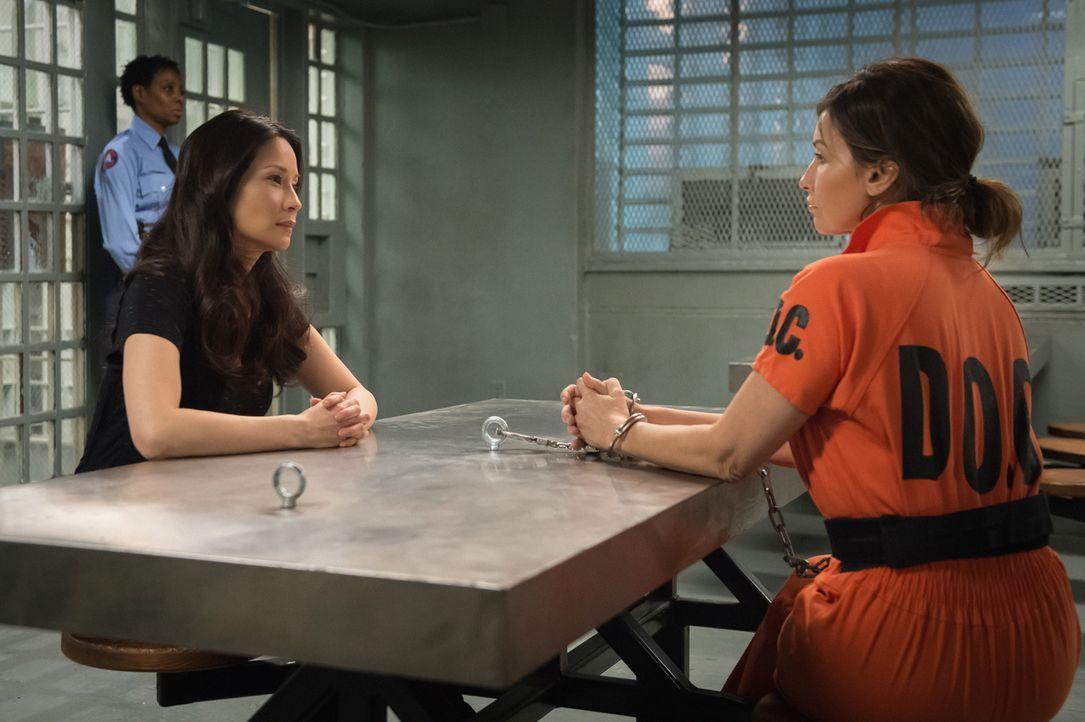 Als Watsons (Lucy Liu, vorne l.) Freund Andrew vergiftet wird, deuten sämtliche Hinweise darauf hin, dass Elana March (Gina Gershon, r.) dahinterste... - Bildquelle: CBS Television