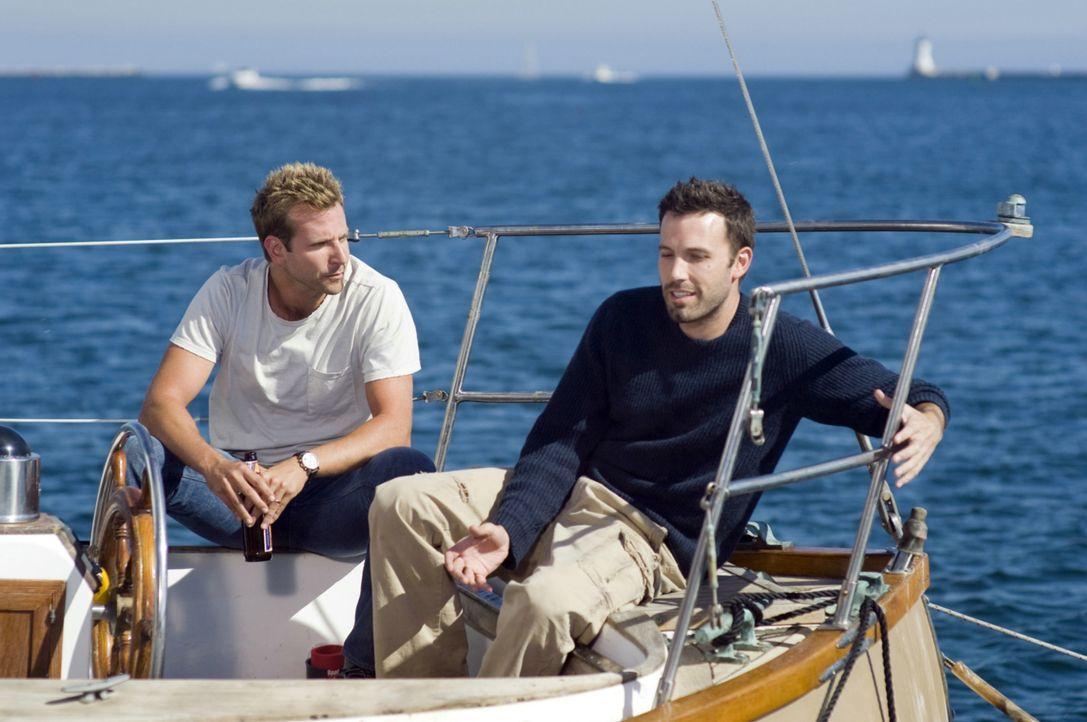 Ihre Beziehungen stehen auf dem Spiel: Neil (Ben Affleck, r.) und Ben (Bradley Cooper, l.) ... - Bildquelle: Warner Brother