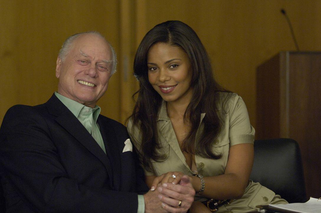"""Die neuen Besitzer von """"McNamara/Troy"""": Burt (Larry Hagman, l.) und Michelle Landau (Sanaa Lathan, r.) ... - Bildquelle: TM and   2004 Warner Bros. Entertainment Inc. All Rights Reserved."""
