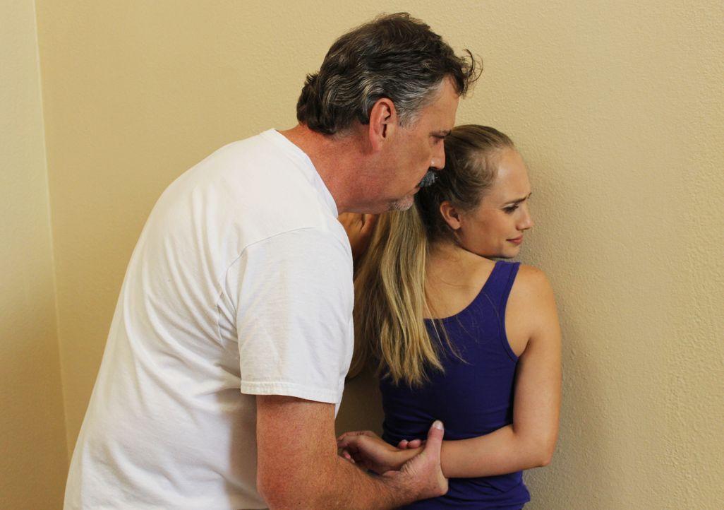 Gewalttätig: Als Stacy Peterson (r.) das Haus verlassen will, drückt Ehemann Drew (l.) sie brutal an die Wand. Als Stacy kurze Zeit später vermisst... - Bildquelle: 2015 AMS Pictures. All Rights Reserved