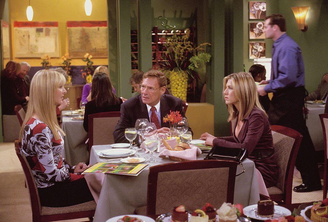 Rachel (Jennifer Aniston, r.) muss ihrem Vater (Ron Leibman, M.) schonend beibringen, dass sie schwanger ist. Phoebe (Lisa Kudrow, l.) leistet ihrer... - Bildquelle: TM+  WARNER BROS.