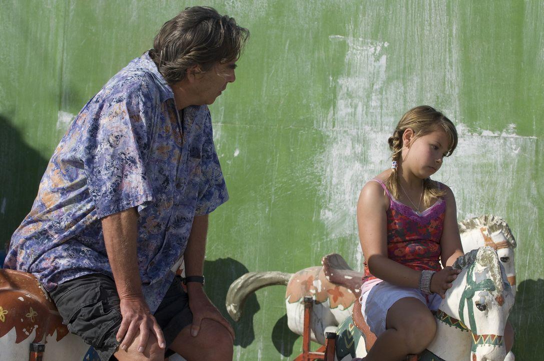Unter Ferien beim Opa (Beau Bridges, l.) hat sich die kleine Kirra (Bindi Irwin, r.) etwas ganz anderes vorgestellt: Statt gemeinsam etwas zu untern... - Bildquelle: 2009 Warner Brothers