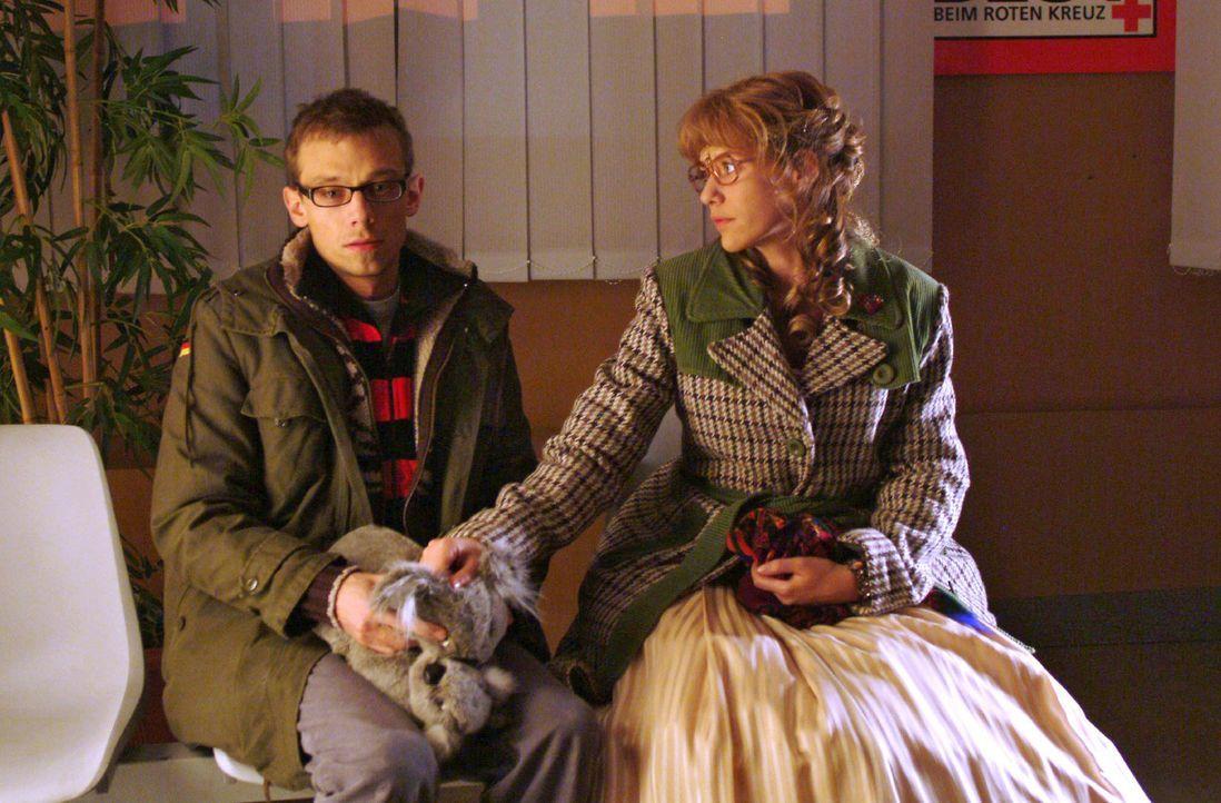 Lisa (Alexandra Neldel, r.) steht Jürgen (Oliver Bokern, l.), der im Krankenhaus auf Nachricht über Sabrinas Zustand wartet, bei. (Dieses Foto von A... - Bildquelle: Monika Schürle Sat.1