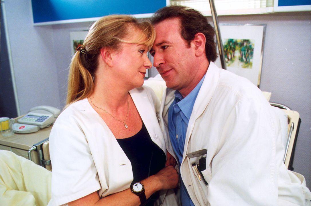 Dr. Forch (Stefan Walz. r.) und Schwester Elke (Ulrike Mai, l.) kommen sich näher. - Bildquelle: Noreen Flynn Sat.1
