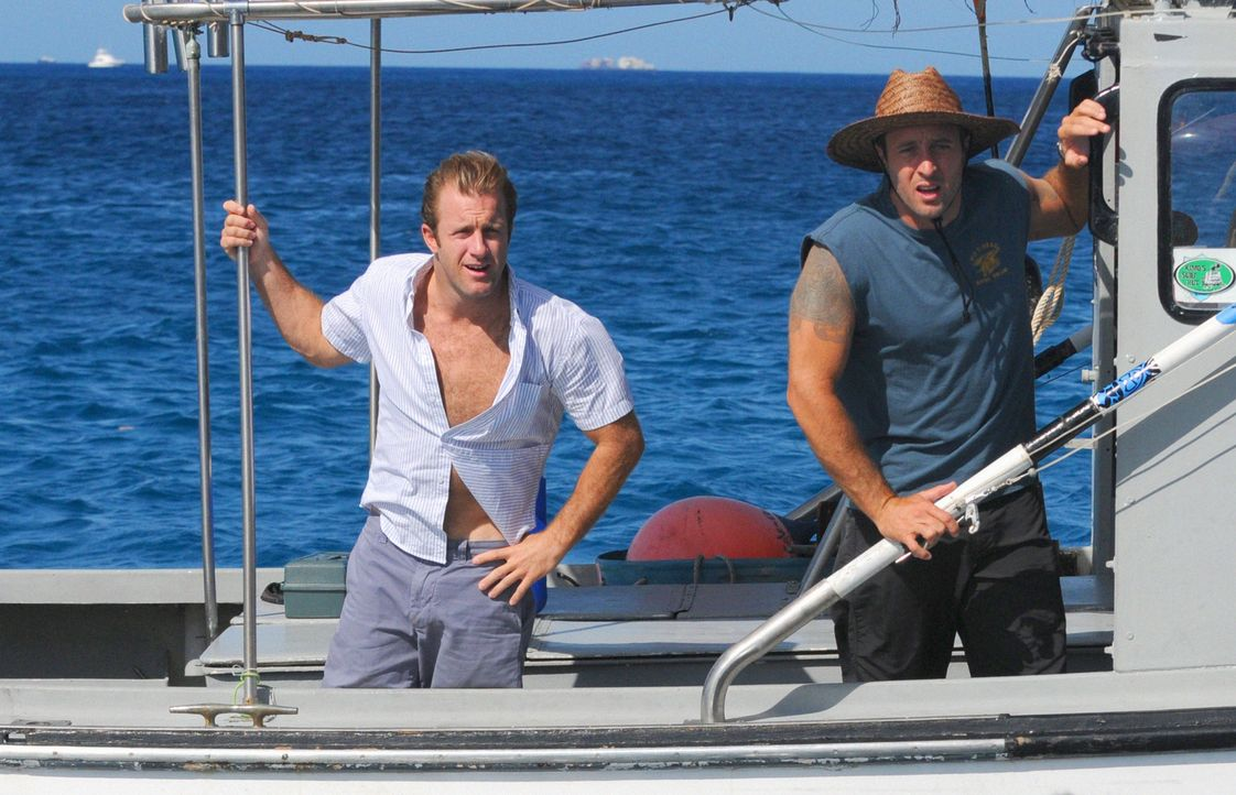 Eigentlich sollte es ein kleiner Angelausflug werden, doch das Boot von Steve (Alex O'Loughlin, r.) und Danny (Scott Caan, l.) wird gekidnappt und s... - Bildquelle: 2012 CBS Broadcasting, Inc. All Rights Reserved.