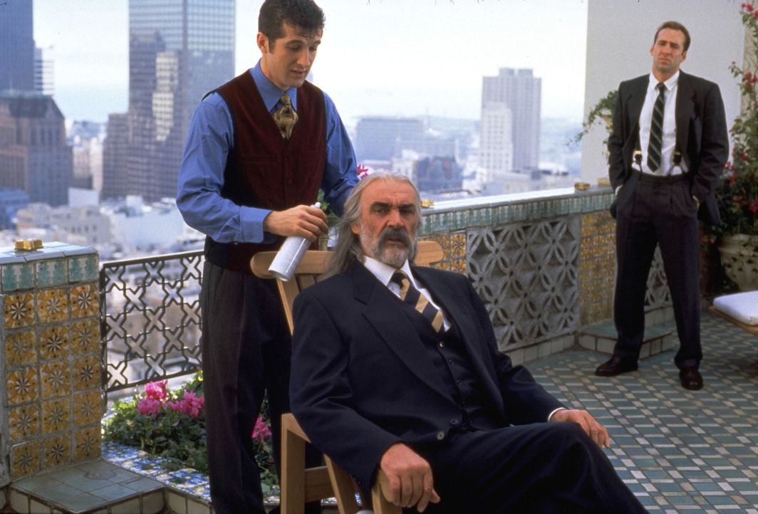 Dr. Stanley Goodspeed (Nicolas Cage, r.) weiß genau, dass der Einzige, der der Bevölkerung von San Francisco noch helfen kann, der britische SAS-Age... - Bildquelle: Hollywood Pictures