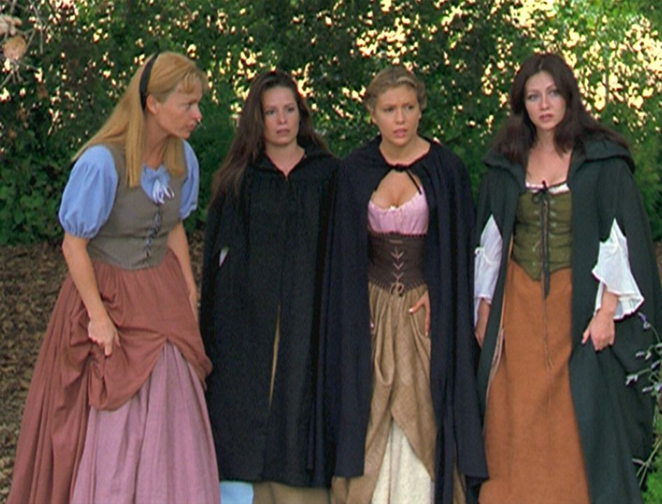 Die gute Hexe Eva (Clare Carey, l.) bittet Piper (Holly Marie Combs, 2.v.l.), Phoebe (Alyssa Milano, 2.v.r.) und Prue (Shannen Doherty, r.), ein Bab... - Bildquelle: Paramount Pictures