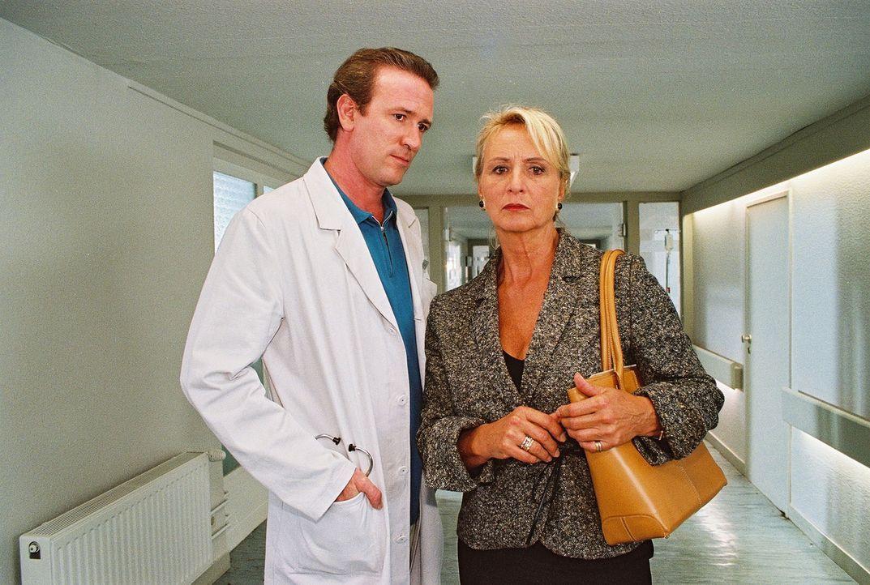 Leonore Lorentz (Diana Körner, r.) erfährt von Dr. Forch (Stefan Walz, l.), dass ihr Mann ein Verhältnis mit ihrer zukünftigen Schwiegertochter Kath... - Bildquelle: Noreen Flynn Sat.1