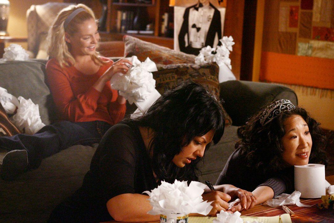 Während Callie (Sara Ramirez, vorne, l.), Izzie (Katherine Heigl, hinten) und Cristina (Sandra Oh, vorne r.) die letzten Vorbereitungen für die Ho... - Bildquelle: Touchstone Television