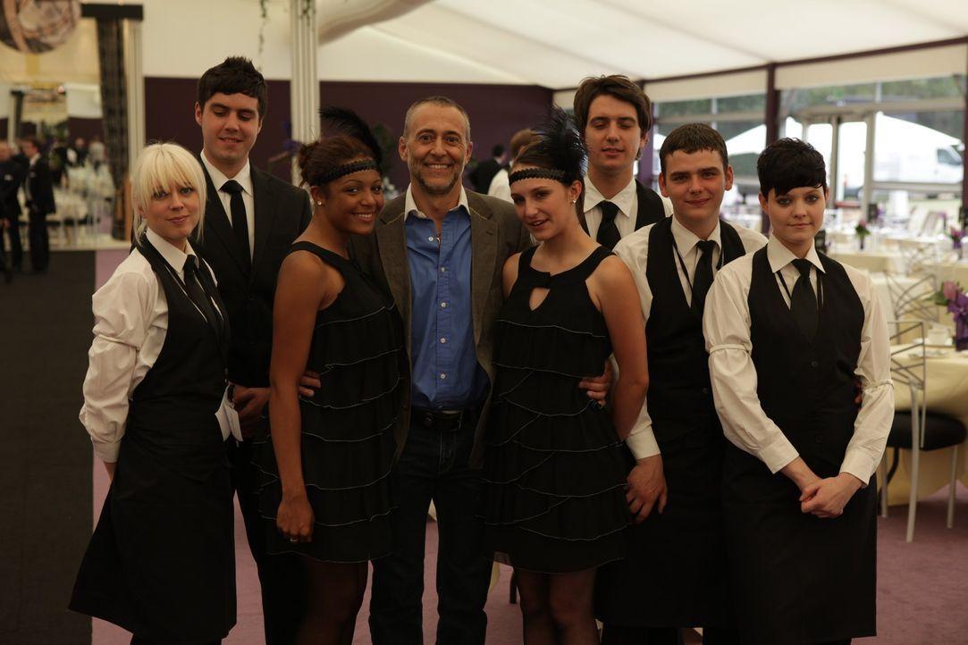 Sternekoch Michel Roux (4.v.l.) möchte diesen jungen Menschen zeigen, dass auch sie eine Chance haben, in der Gastronomie Karriere zu machen: Werde... - Bildquelle: Warner Bros.