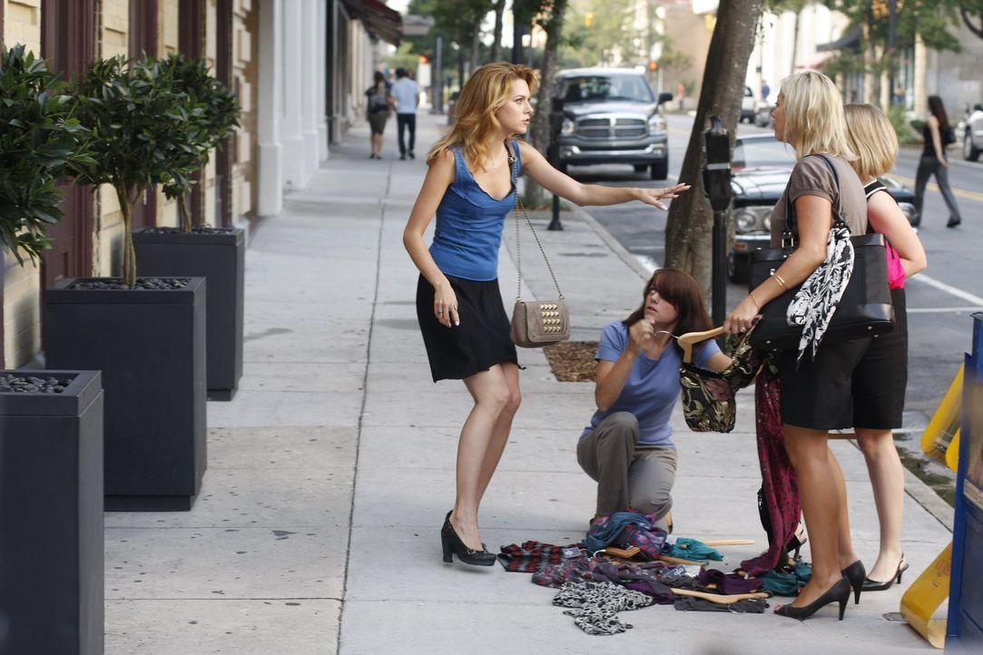 Als Peyton (Hilarie Burton, l.) an Brookes Laden vorbeikommt, wirft diese sämtliche Kleidungsstücke vor die Tür, sehr zur Freude der Passantinnen ..... - Bildquelle: Warner Bros. Pictures