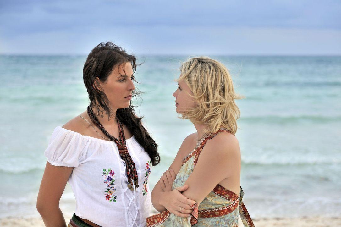 Die erfolgreiche Businessfrau Consuela (Elena Uhlig, l.) bietet einen ungewöhnlichen Deal an: Barbara (Annette Frier, r.) kümmert sich um die Stra... - Bildquelle: Hardy Brackmann SAT.1