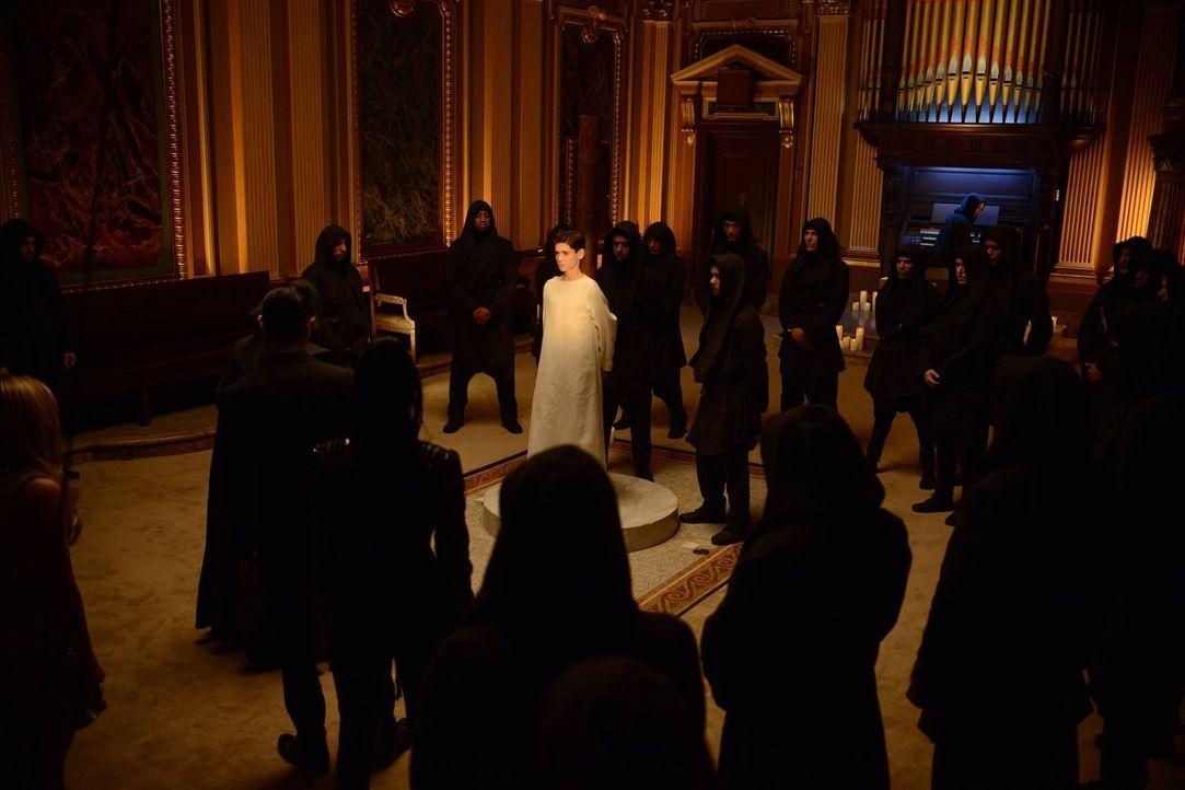 Die Zeremonie, bei der Bruce (David Mazouz, M.) geopfert werden soll, ist in vollem Gange. Doch kann er noch rechtzeitig gerettet werden? - Bildquelle: Warner Brothers