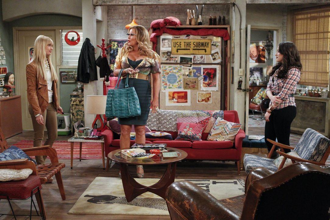 Als Caroline (Beth Behrs, l.) herausfindet, dass Max (Kat Dennings, r.) problemlos ihren Highschool-Abschluss nachholen könnte, drängt sie Max gemei... - Bildquelle: Warner Bros. Television