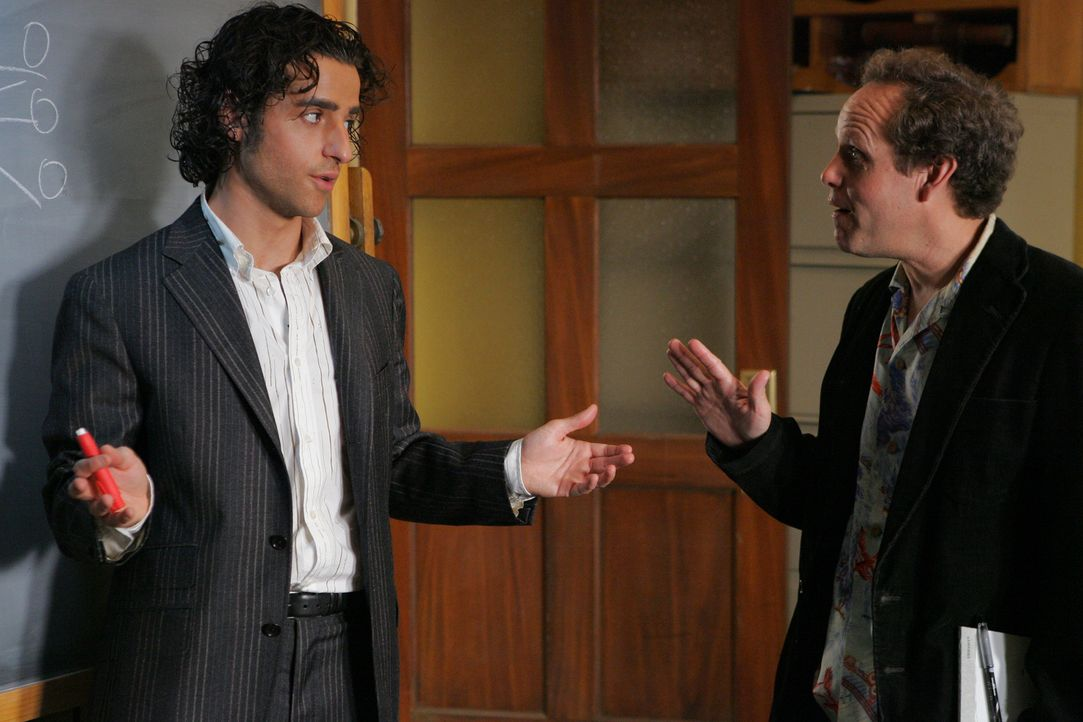 Charlie (David Krumholtz, l.) und Larry (Peter MacNicol, r.) diskutieren über den neuen Fall, bei dem Charlie seinem Bruder Don behilflich ist ... - Bildquelle: Paramount Network Television