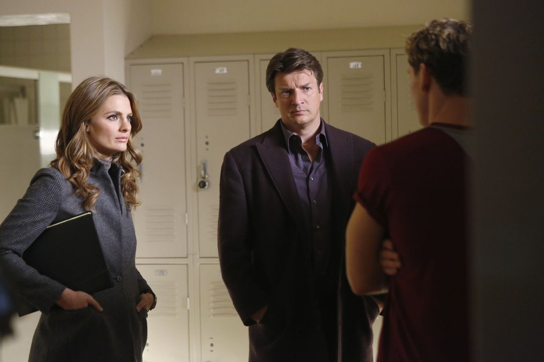 Ein Mädchen wurde ermordet. Beckett (Stana Katic, l.) und Castle (Nathan Fillion, M.) versuchen, den Täter zu fassen, doch hat Riley Marshall (Sam T... - Bildquelle: 2013 American Broadcasting Companies, Inc. All rights reserved.
