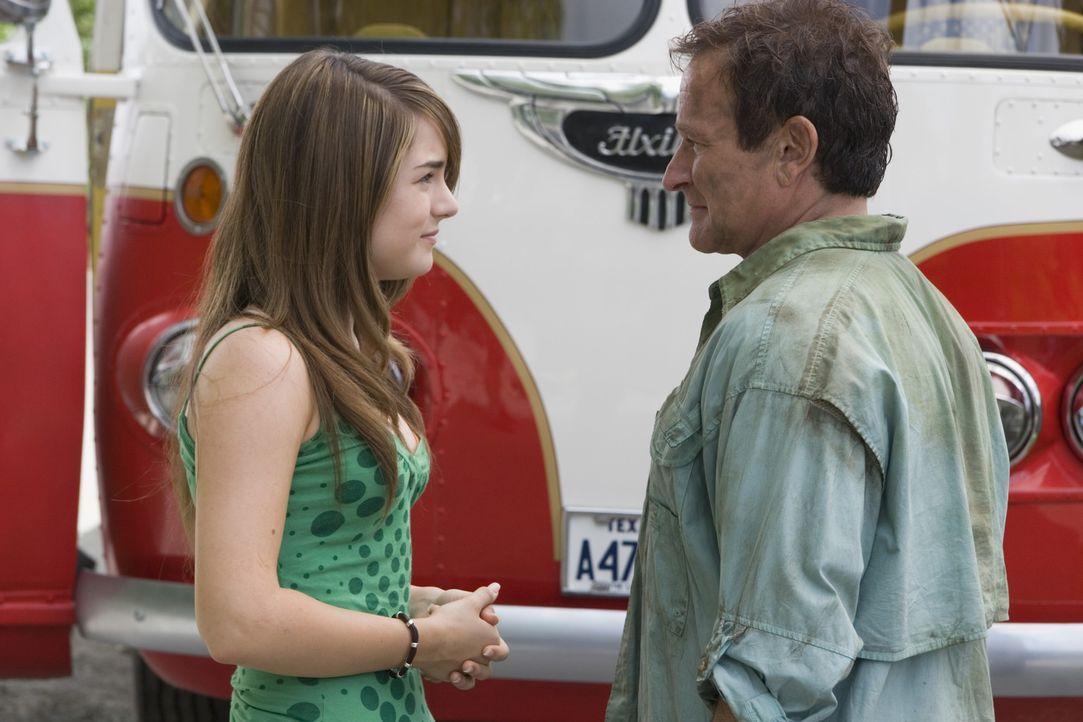 Bob Munro (Robin Williams, r.) und seine Tochter Cassie (Joanna LEvesque, l.) haben verschiedene Ansichten, was ihren Ausflug betreffen. - Bildquelle: Sony Pictures Television International. All Rights Reserved.