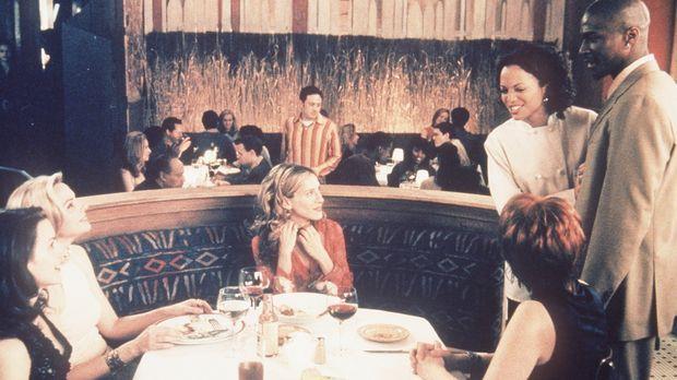 Sitzend, v.l.n.r.: Charlotte (Kristin Davis), Samantha (Kim Cattrall), Carrie...