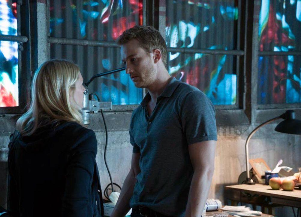 Während Carrie (Claire Danes, l.) und Jonas (Alexander Fehling, r.) versuchen, Peter zu verarzten, spielt Allison an ihrem hinterhältigen Spiel weit... - Bildquelle: Stephan Rabold 2015 Showtime Networks, Inc., a CBS Company. All rights reserved.