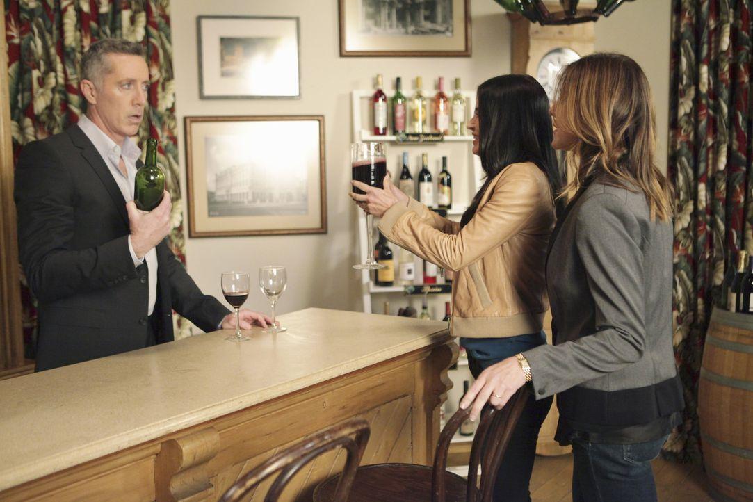 Wayne Gibbons (Michael McDonald, l.) hat eine Wein-Bar eröffnet. Ellie (Christa Miller, r.) und Jules (Courteney Cox, M.) wollen aus Solidarität z... - Bildquelle: 2010 ABC INC.