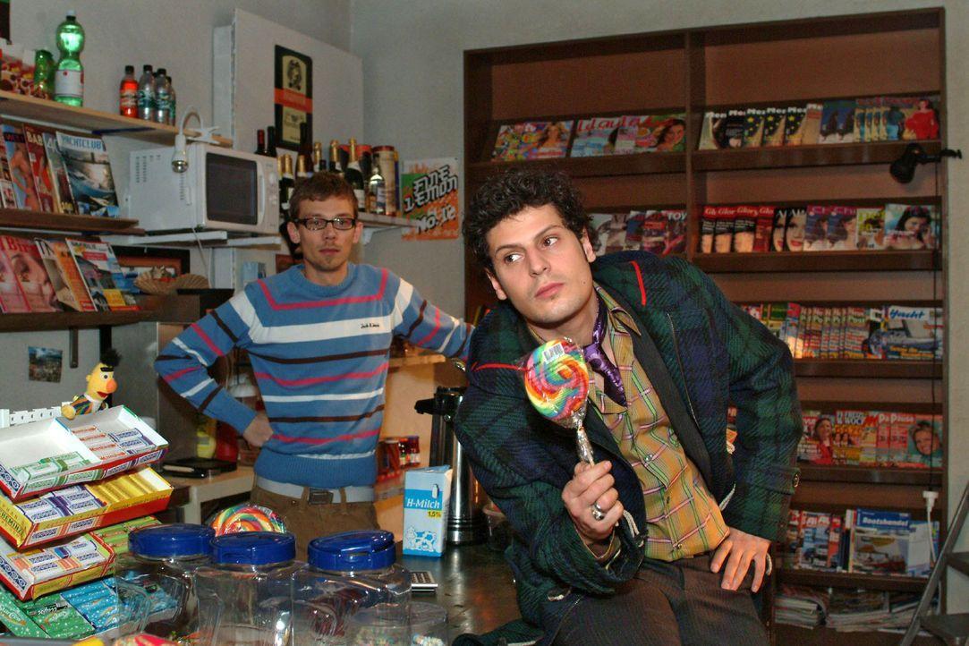 Jürgen (Oliver Bokern, l.) und Rokko (Manuel Cortez, r.) geraten über Lisa ins Schwärmen. - Bildquelle: Monika Schürle Sat.1