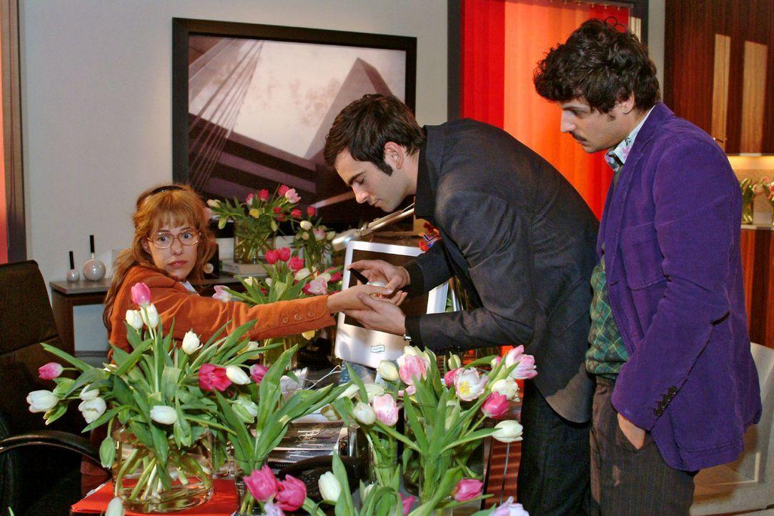 Bei der Parfümverkauf-Besprechung mit David (Mathis Künzler, M.) und Rokko (Manuel Cortez, r.) ist Lisa (Alexandra Neldel, l.) abgelenkt - sie bemüh... - Bildquelle: Sat.1